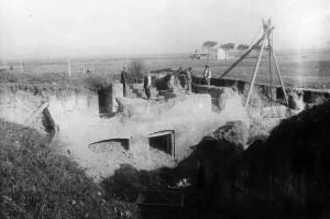 1. Ostia, Insula di Diana, 1914. Restauro del livello superiore durante i lavori di scavo (Arch. fot. Ostia, n. B2157)